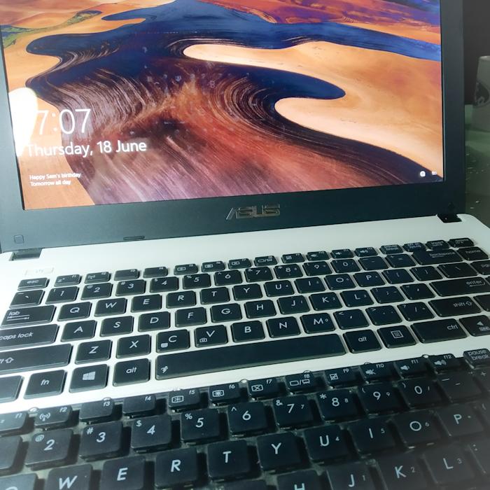 Keyboard lama dan keyboard baru yang sudah terpasang di laptop. Mereka kualitasnya sama. Toko yang saya beli tidak memiliki beberapa pilihan kualitas keyboard. Tidak seperti toko dulu pengganti keyboard ke1.
