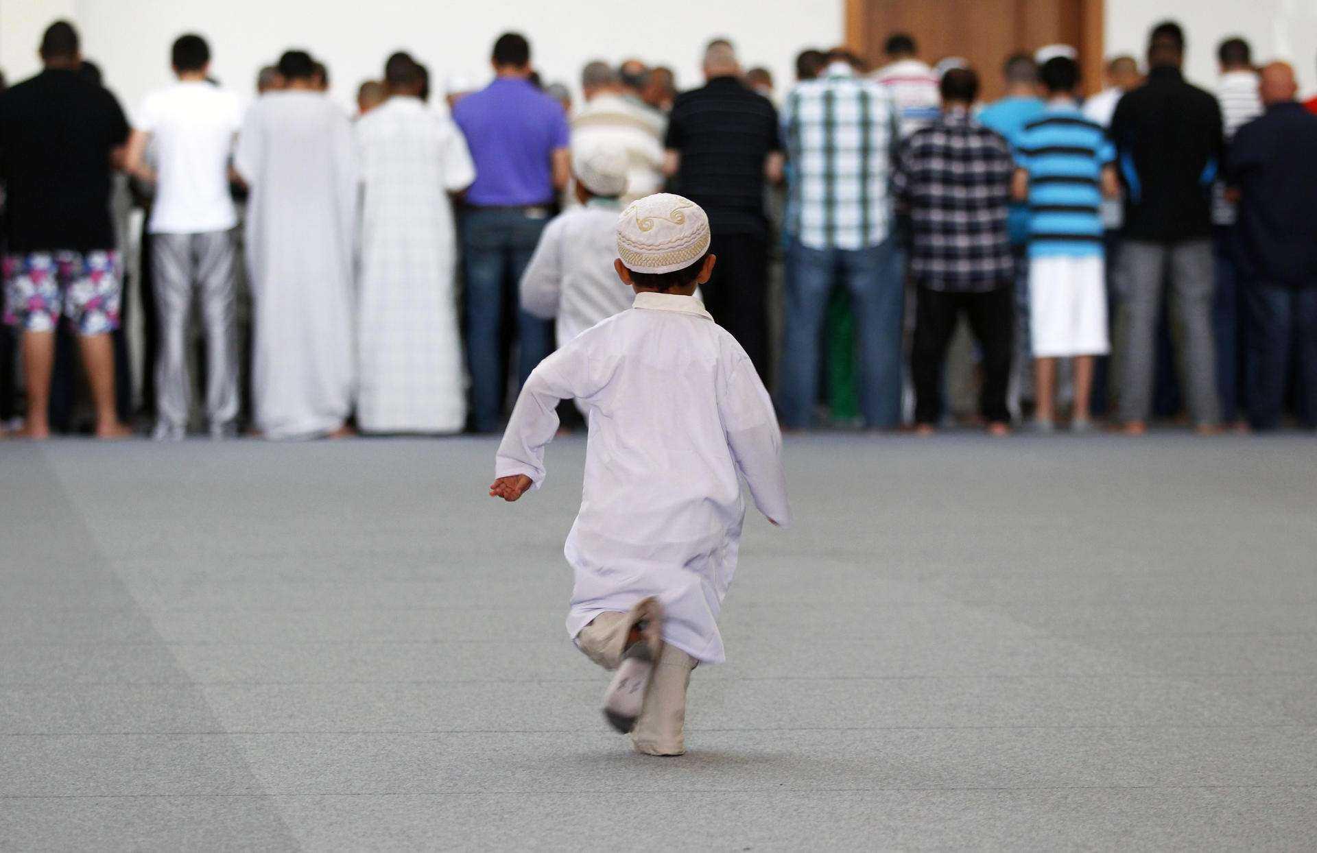 Anak-anak sholat di masjid