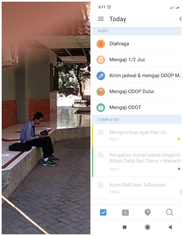 Tampak seorang mahasiswa di sebuah perguruan tinggi umum menunggu jadwal kuliah dengan membaca Al Qur'an. Dan screenshot aplikasi TickTick.